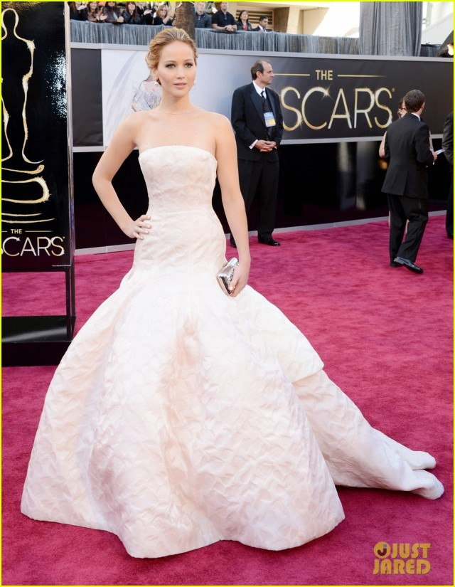 jennifer-lawrence-oscars-2013-red-carpet-051